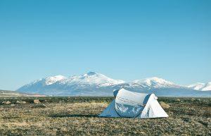 présentation d'une tente lors d'une randonnée à la montagne